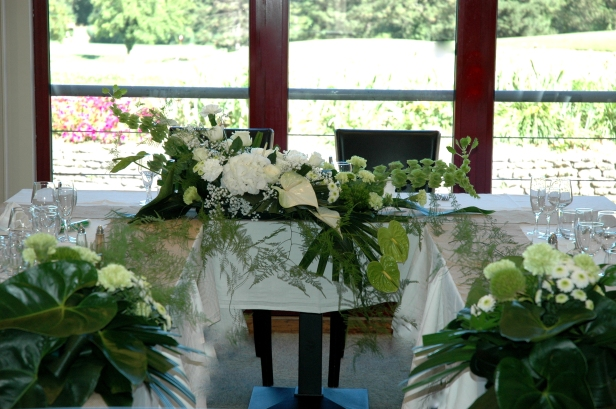 DECO DEGIO table d'honneur mariage blanc et vert hortensia molucella, gypsophile mariage elegant (2)